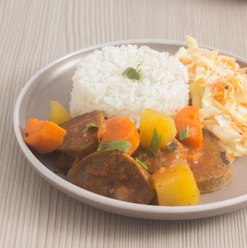 lengua guisada servida con arroz