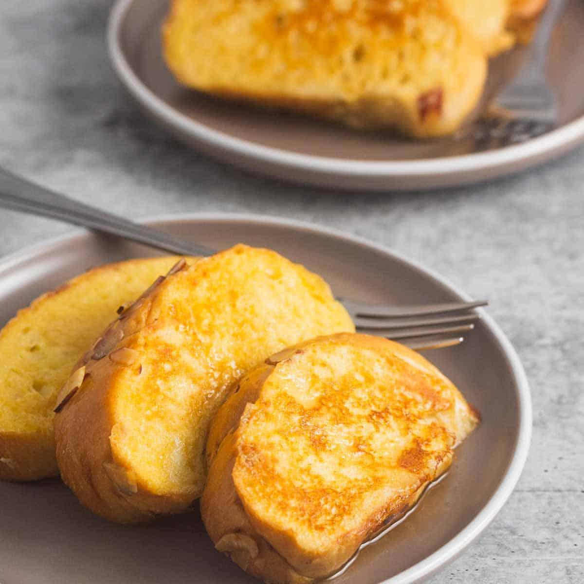 tostadas francesas servidas en plato